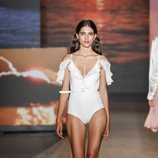 Bañador blanco con volantes de TCN primavera/verano 2019 en la 080 Barcelona Fashion Week