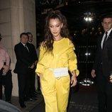 Bella Hadid con un jumpsuit amarillo en las calles de París
