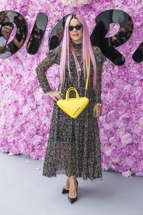 Lily Allen con un vestido de flores en el desfile de Dior en la París Fashion Week 2018