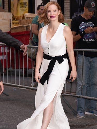 Jessica Chastain con un jumpsuit blanco en las calles de Nueva York