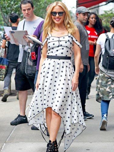 Kylie Minogue con un vestido estrellado en Nueva York