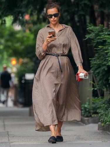 Irina Shayk con un vestido oversize por las calles de Nueva York