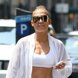 Jennifer Lopez con un conjunto deportivo paseando por Nueva York 2018