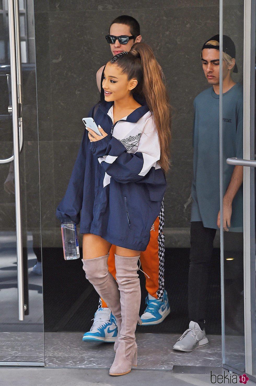 Ariana Grande con una sudadera Reebok en Nueva York 2018