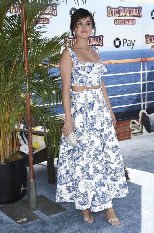 Selena Gomez con un conjunto estampado en la premiere de 'Hotel Transilvania 3' 2018