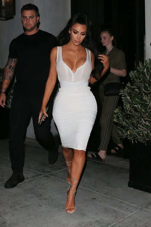 Kim Kardashian con un vestido blanco paseando por Beverly Hills