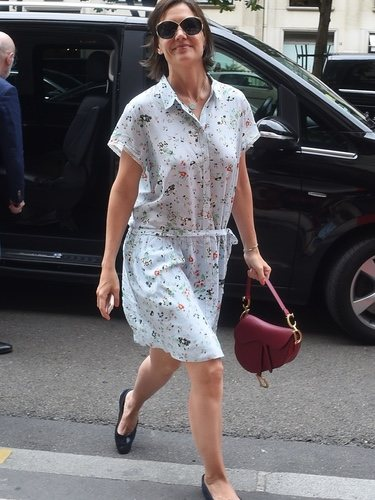 Kate Holmes con un vestido veraniego en una visita al Louvre 2018
