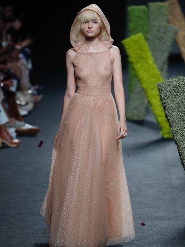 Vestido transparente de Teresa Helbig en Madrid Fashion Week primavera/verano 2019