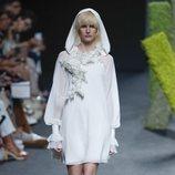 Vestido blanco de Teresa Helbig en Madrid Fashion Week primavera/verano 2019