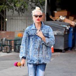 Gwen Stefani con un look vaquero por las calles de Los Ángeles 2018