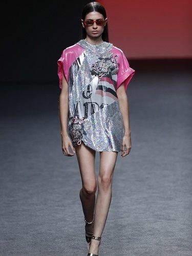 Vestido asimétrico con tejido brillante de Custo Barcelona en Madrid Fashion Week primavera/verano 2019