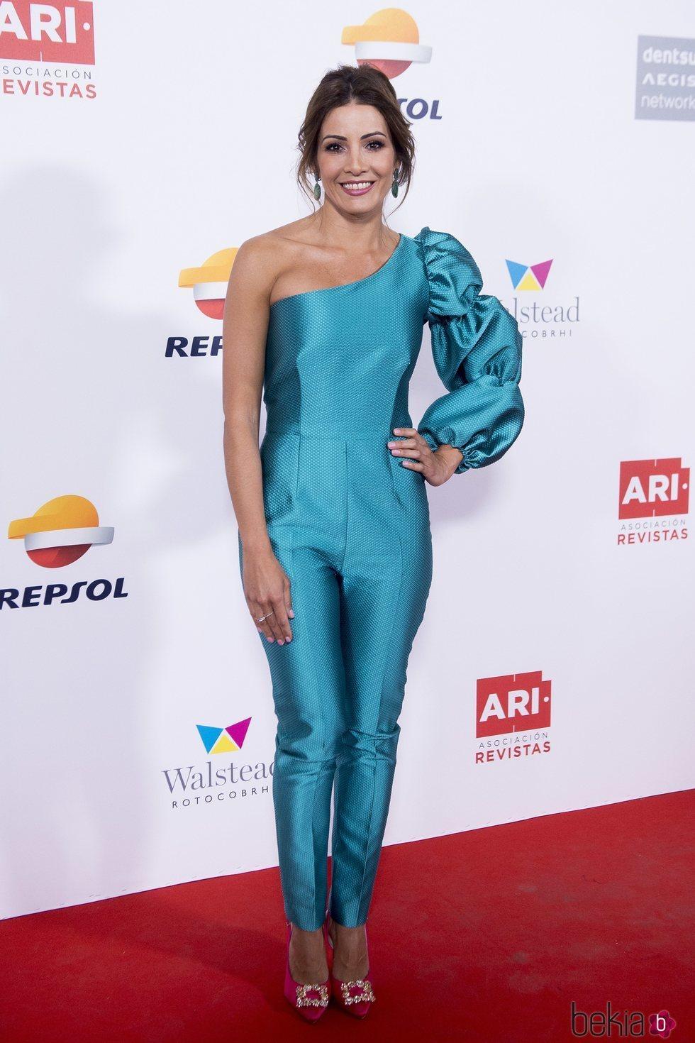 Virginia Troconis con un jumpsuit azul eléctrico en los premios ARI 2018