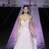 Vestido vaporoso de Hannibal Laguna primavera/verano 2019 en la Madrid Fashion Week