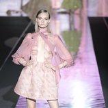 Vestido corto rosa de Hannibal Laguna primavera/verano 2019 en la Madrid Fashion Week