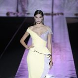 Vestido amarillo de Hannibal Laguna primavera/verano 2019 en la Madrid Fashion Week
