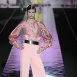 Pantalón y camisa rosa cuarzo de Hannibal Laguna primavera/verano 2019 en la Madrid Fashion Week
