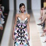 Vestido largo con estampado geométrico del desfile de Dolores Cortés  en Madrid Fashion Week primavera/verano 2019