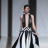 Vestido de rayas negras y blancas del dsfile de Dolores Cortés  en Madrid Fashion Week primavera/verano 2019