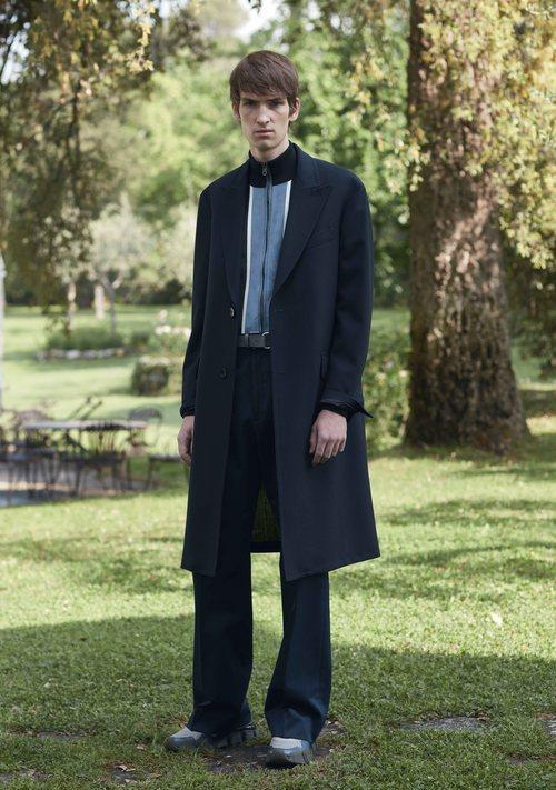 Modelo con un abrigo azul marino de la colección primavera/verano 2019 de Salvatore Ferragamo