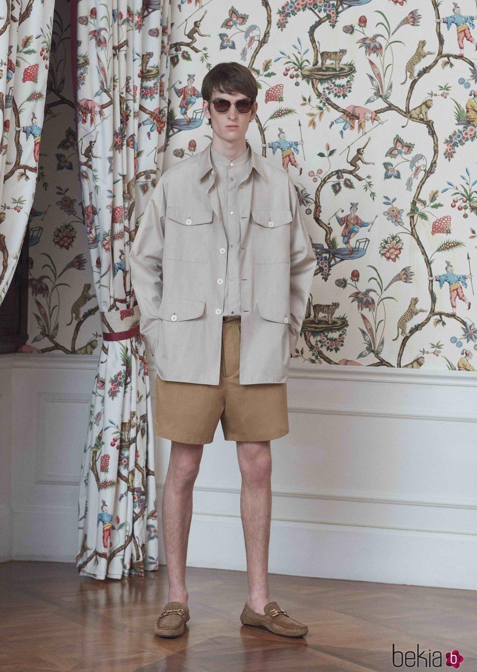 Modelo con un total look en color beige de la colección primavera/verano 2019 de Salvatore Ferragamo