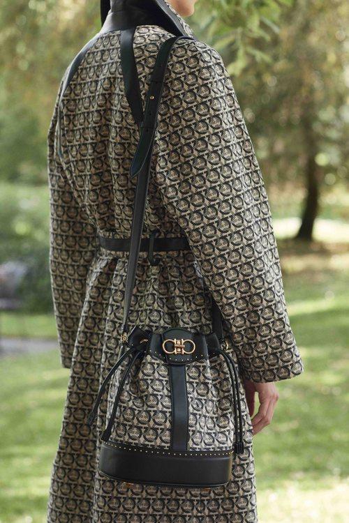 Abrigo y bolso con estampado geométrico  de la colección primavera/verano 2019 de Salvatore Ferragamo