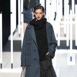 Abrigo azul marino de Juanjo Oliva primavera/verano 2019 en la Madrid Fashion Week