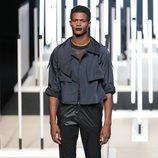 Pantalón brillante de Juanjo Oliva primavera/verano 2019 en la Madrid Fashion Week