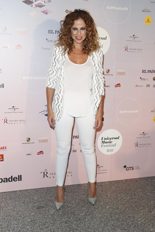 Pastora Soler con un traje blanco en el concierto de Niña Pastori 2018