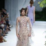 Vestido de tul bordado de Jorge Vázquez primavera/verano 2019 en la Madrid Fashion Week