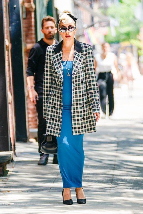 Lady Gaga con un vestido azul con una gabardina de cuadros por las calles de Nueva York 2018