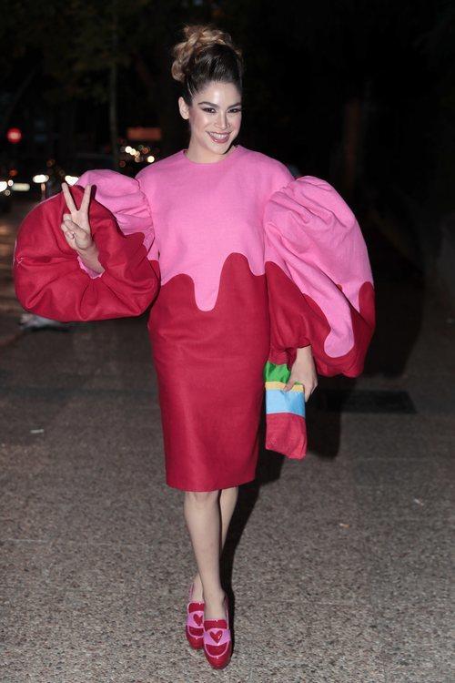 Cosima Rodriguez con un vestido rosa y rojo con mangas voluminosas en el 30 aniversario de Vogue 2018