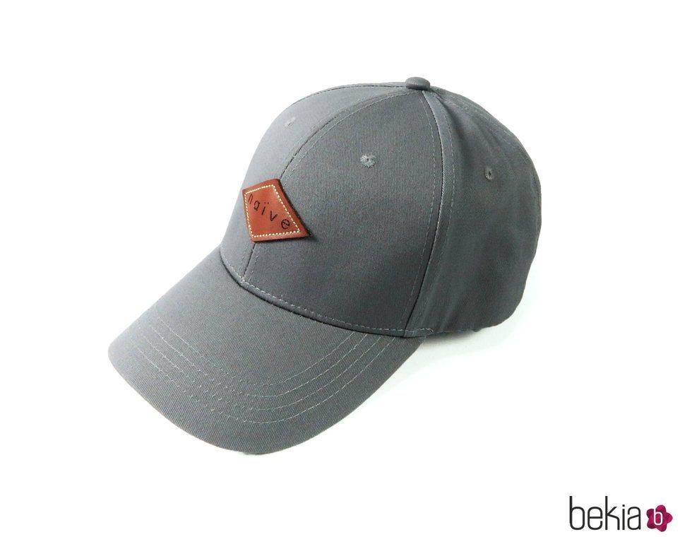 Gorra gris de la marca Naïve de la colección 'Summer Essentials'