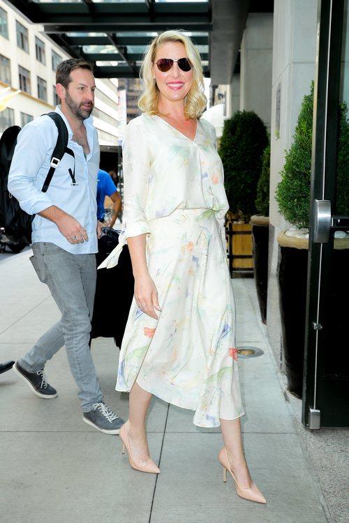 Katherine Heigl con un vestido midi por las calles de Nueva York 2018