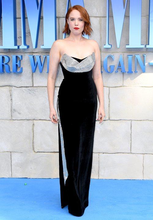 Jessica Keenan con un vestido negro largo en la premiere de 'Mamma Mia 2' en Londres 2018
