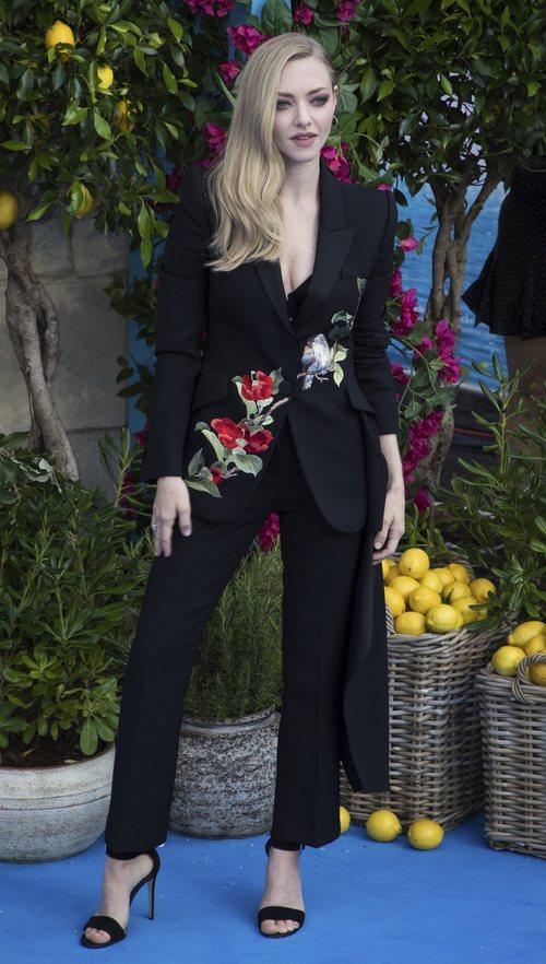 Amanda Seyfried con un traje negro en la premiere de 'Mamma Mia 2' en Londres 2018