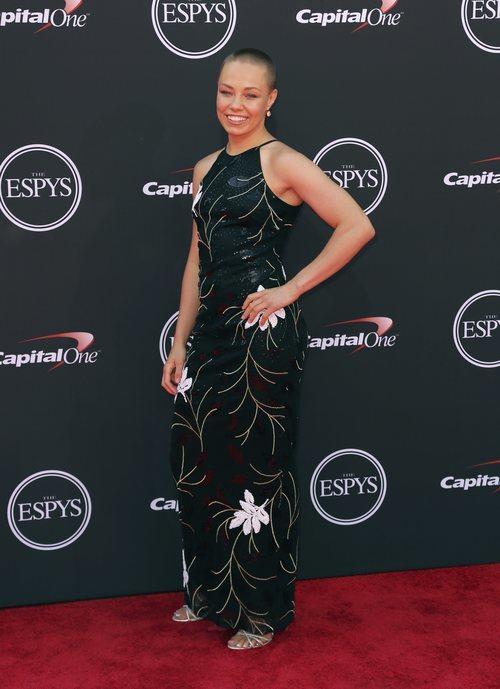 Rose Namajunas con un vestido largo en los premios ESPYS en Los Ángeles 201