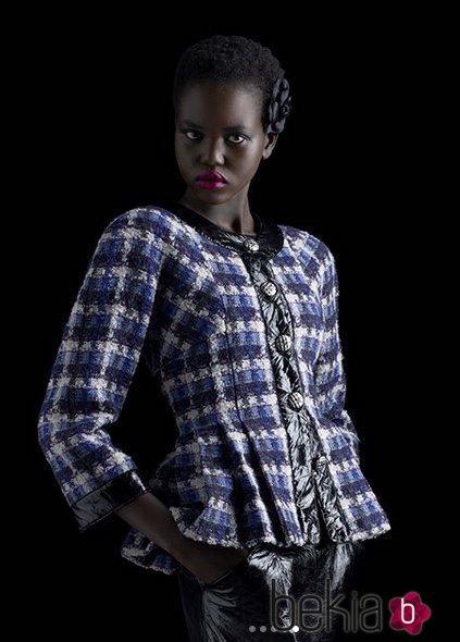 La refugiada Adut Akech posa para una campaña de Chanel 2018