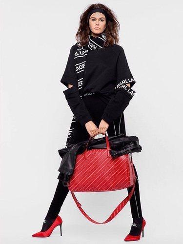 Kaia Gerber posando con un total look de la nueva coleecion de Karl Lagerfeld 2018
