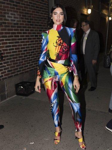 Dua Lipa con un traje de colorines en Nueva York 2018