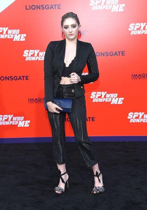Willow Shields con un traje negro en la premiere 'El espía que me dejó' 2018