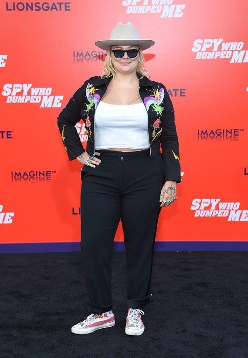 Elle King con un sombrero y una chaqueta con dibujos estampados en la premire 'El espía que me dejó' 2018