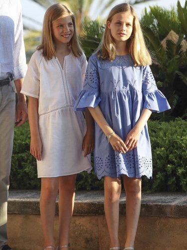 La Princesa Leonor y la Infanta Sofía con looks boho-chic en su posado de verano 2018 en Mallorca