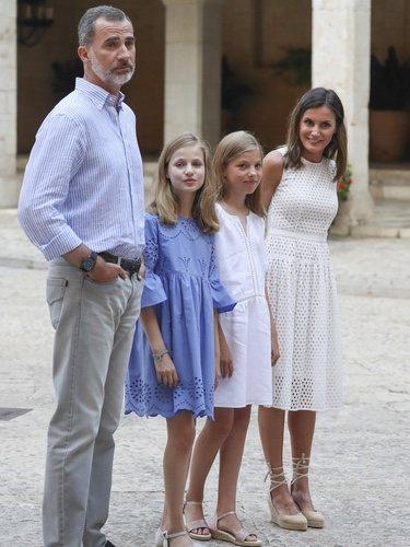 Los Reyes Felipe VI y Letizia junto a sus hijas en su posado de verano 2018 en Mallorca