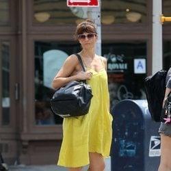 Helena Christensen con un vestido amarillo en Nueva York 2018