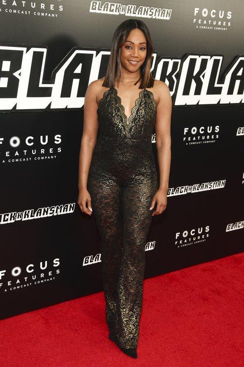 Tiffany Haddish con nu vestido con detalles dorados en la  premiere de 'BlacKkKlansman'