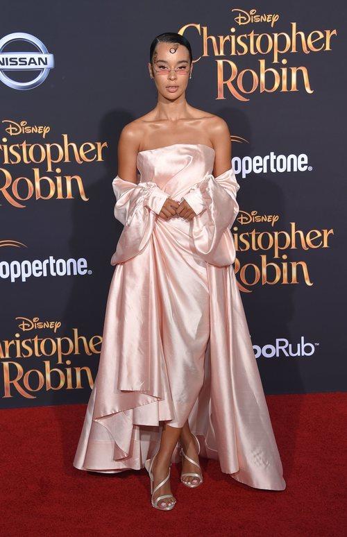 Rainy Milo con un vestido rosa pastel en la premiere de 'Christopher Robin' 2018