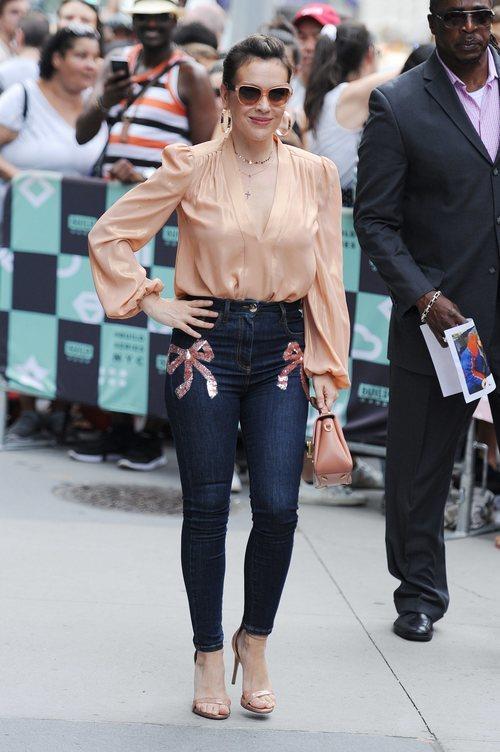 Alyssa Milano con una blusa en color nude en Nueva York 2018