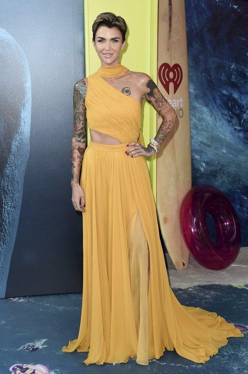 Ruby Rose con un vestido amarillo en la premiere de 'The Meg' en Los Ángeles 2018