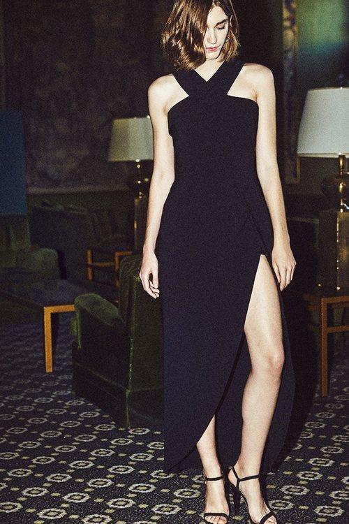 Modelo con un vestido negro de la nueva colección otoño/invierno 2018/2019 de Dolores Promesas