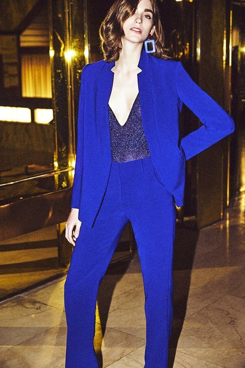 Modelo con un traje azul klein de la nueva colección otoño/invierno 2018/2019 de Dolores Promesas